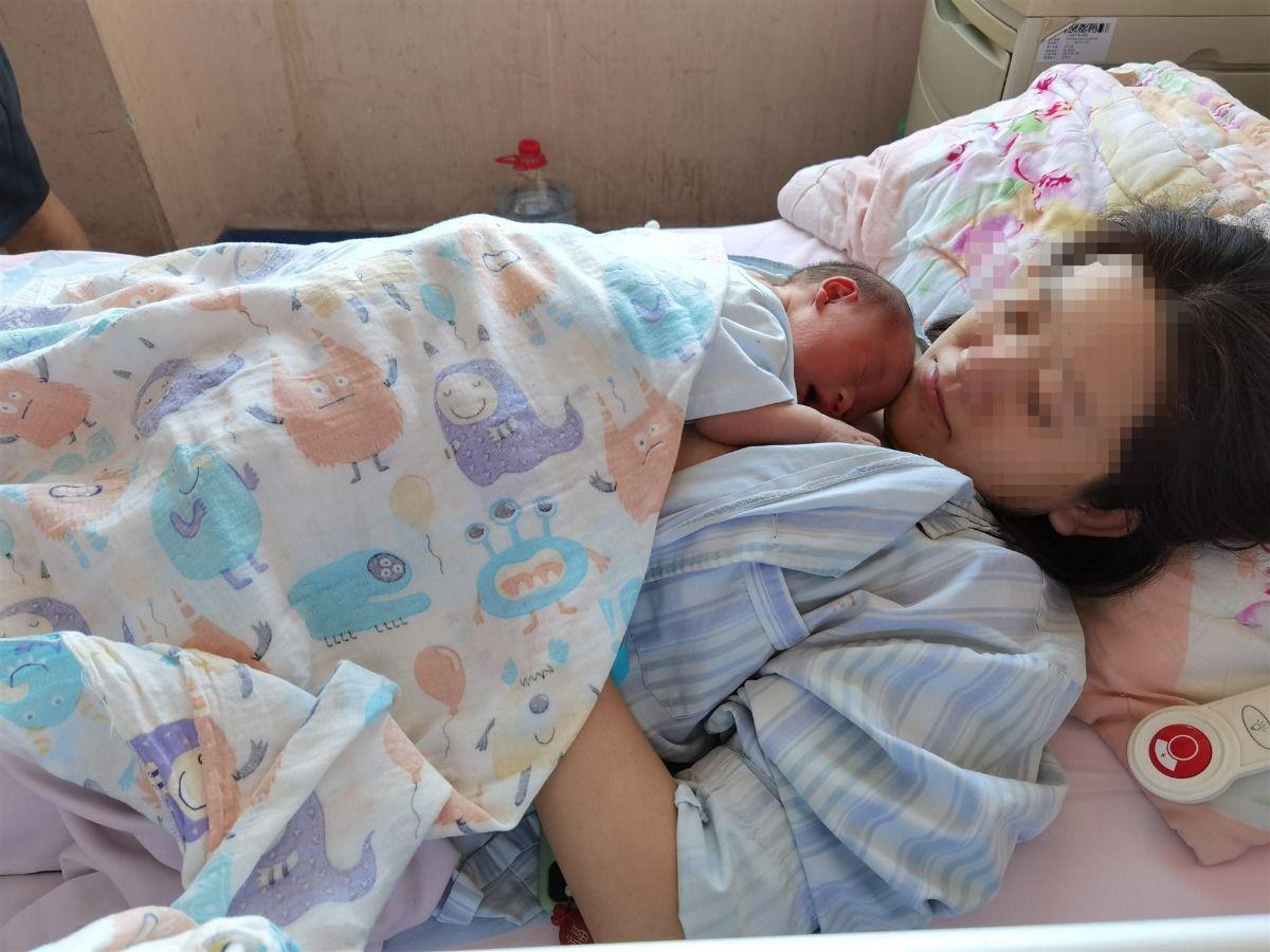 新生儿自行第一次母乳喂养——乳房爬行