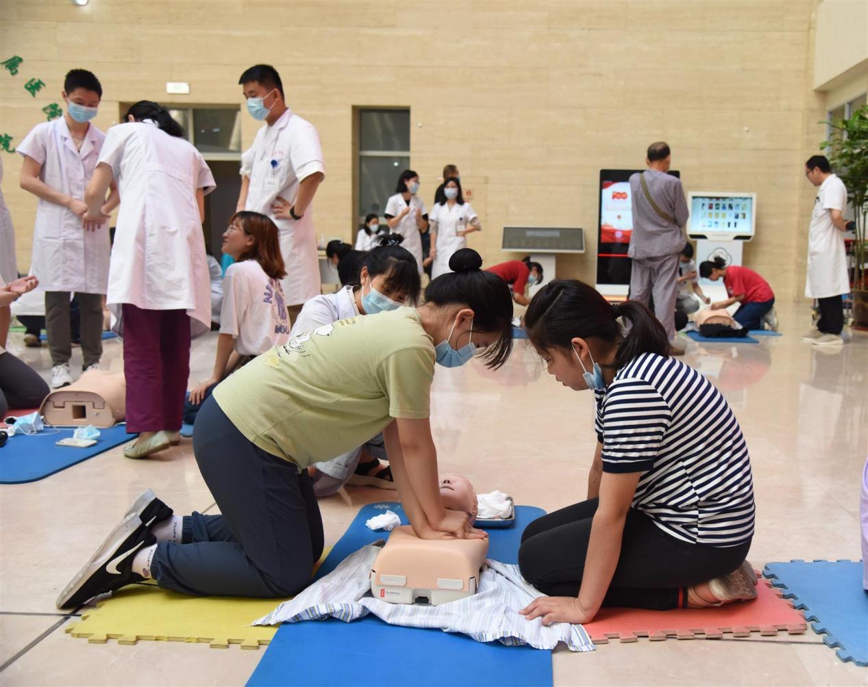 """临床技能培训中心组织""""心手相连 点亮生命""""暑期急救公益活动"""